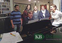 Karl Timmermann (am Klavier im heimischen Wohnzimmer) bei den Proben mit Igor Harz, Julia Loosen, Samira Szabowski, Monika Voss und Chrissie Maas.