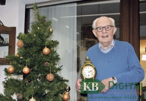 Aloys de Witt mit Uhr und Weihnachtsbaum