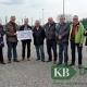 Die KBV übergibt eine Spende an die DJK Twisteden.