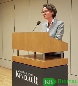Landesministerin Ina Scharrenbach im Kevelaerer Konzert- und Bühnenhaus (Foto: MaWi)