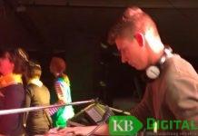 Ein DJ sorgt bei der Jugenddisco für Stimmung.