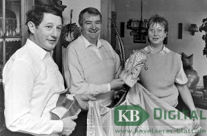 Egon Kammann, 1987 frisch gekürter Karnevalsprinz, betrachtet mit seiner Frau Erika und seinem Adjutanten Franz Ophey eine gerade fertig gestellte Pellerine.