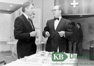 Hannes Selders (r.) 1992 mit Stadtdirektor Heinz Paal über einem Modell der Innenstadt im Ratssaal.