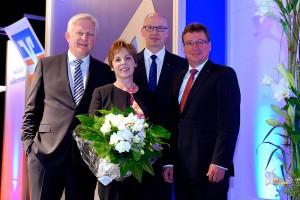 Peter Küppers (Aufsichtsratsvorsitzender), Gastreferentin Prof. Dr. Theresia Theurl, Wilfried Bosch (Vorstand) Johannes Janhsen (Vorstand) auf der Vertreterversammlung der Volksbank an der Niers (von links)