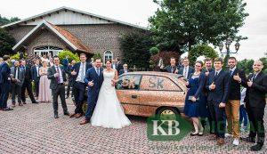 """Ein Brautpaar, ein Auto, 25.000 Zwei-Cent-Stücke und viele fröhliche Gäste. Die Überraschung der Arbeitskollegen von """"Herbrand art mobile"""" war gelungen."""
