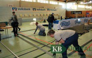 Fleißige Helfer packen im Vorfeld des SSG-Wettkampfes mit in der Zweifachturnhalle mit an.