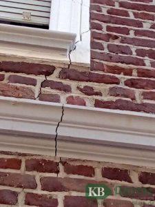 Auch an Haus Nr. 65 ziehen sich die Risse durch das gesamte Mauerwerk der denkmalgeschützten Fassade.