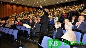600 Zuhörer beim Auftritt des Theaterchores. (Foto: aflo)