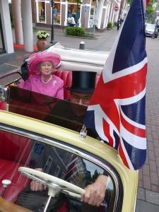 Im Cabrio durch Kevelaers Straßen, die Queen winkte huldvoll dem Volk