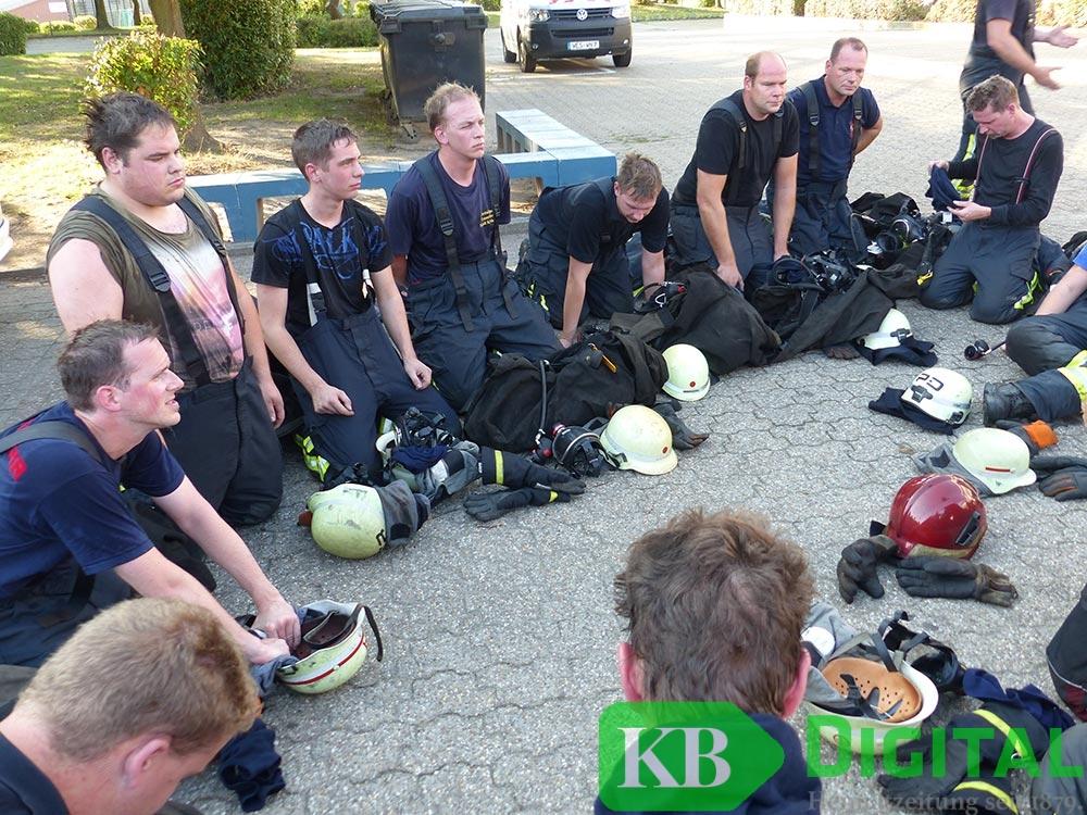 Erschöpfte Feuerwehrleute nach dem Training. (Foto: JvdH)
