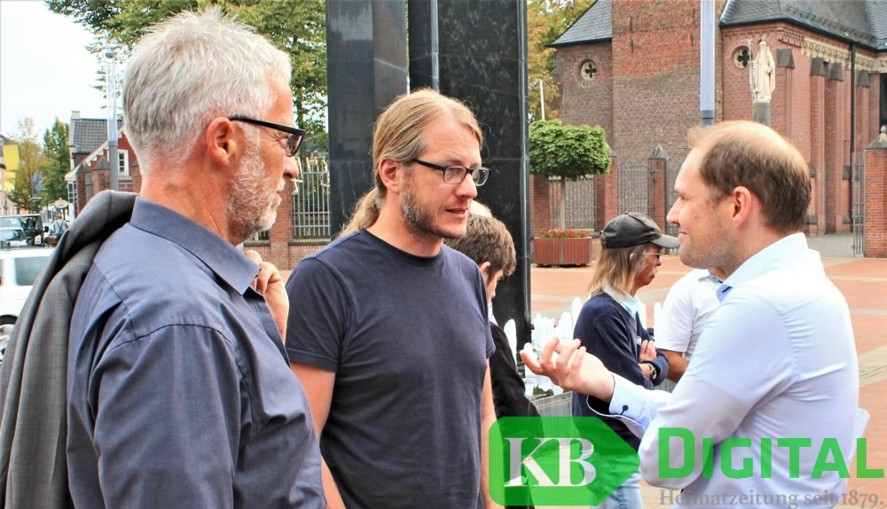 Bürgermeister Dominik Pichler (M.) im Gespräch mit Caritas-Sprecher Tobias Kleinebrahm (r.). (Foto: aflo)