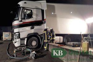 Der Tank des Lkw wurde von der Feuerwehr geleert. (Foto: Feuerwehr Kevelaer)