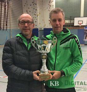 Trainer Ulrich Berns und Co-Trainer Ulrich Henkemeyer mit dem Kreispokal.