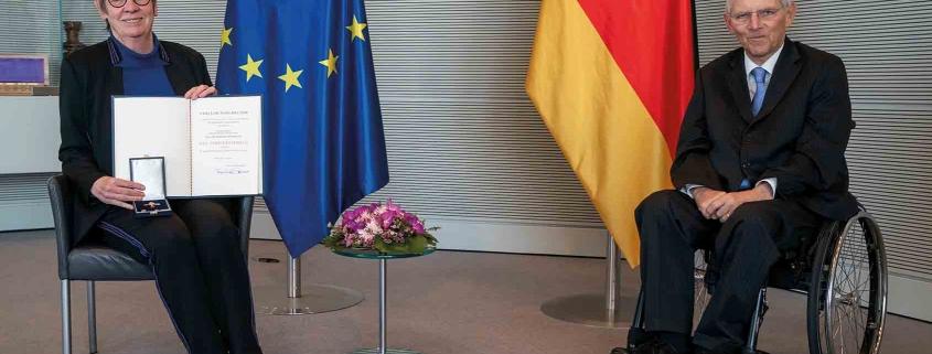 Barbara Hendricks wurden die Ordensinsignien durch Bundestagspräsident Wolfgang Schäuble überreicht. Foto: Deutscher Bundestag / Henning Schacht