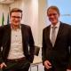Dave Welling (links) und Bürgermeister Dr. Dominik Pichler nach der Entscheidung durch den Stadtrat. Foto: Wallfahrtsstadt Kevelaer